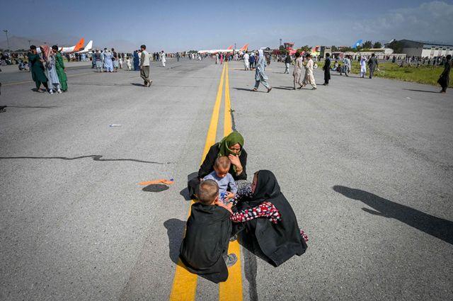 Afgani sull'asfalto in attesa a Kabul il 16 agosto 2021