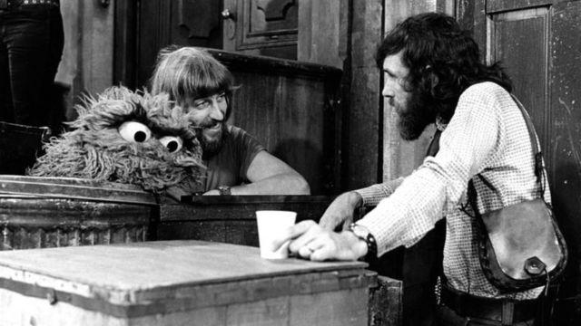 ジム・ヘンソンさんとセットで談笑するキャロル・スピニーさん(左)。写真にはオスカー・ザ・グラウチも写っている
