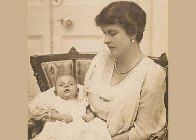 පිලිප් කුමරු බිලිඳු වියේදී Prince Philip as a baby / Copyright: Royal Collection - NB Syndication restricted