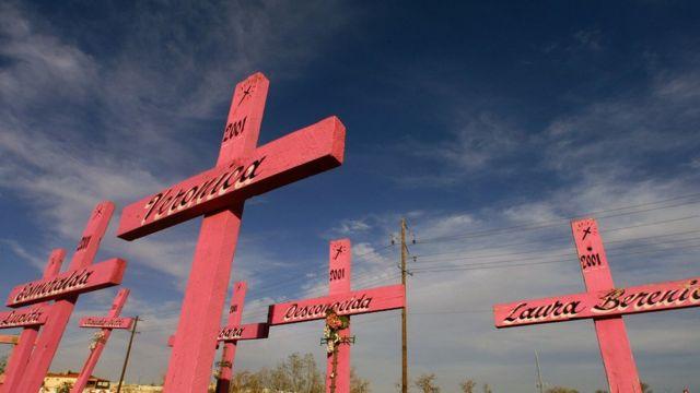 Cruces rosadas para recordar a las víctimas de feminicidios en Ciudad Juárez