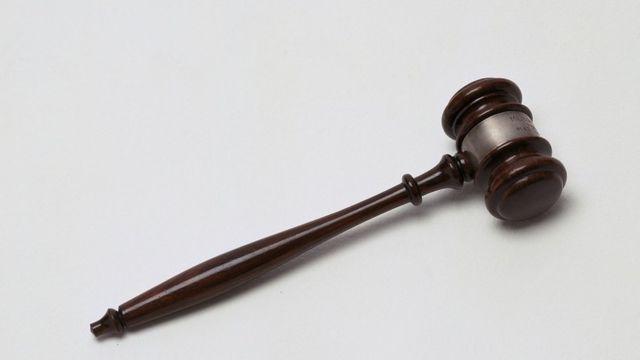 drveni čekić za sudije