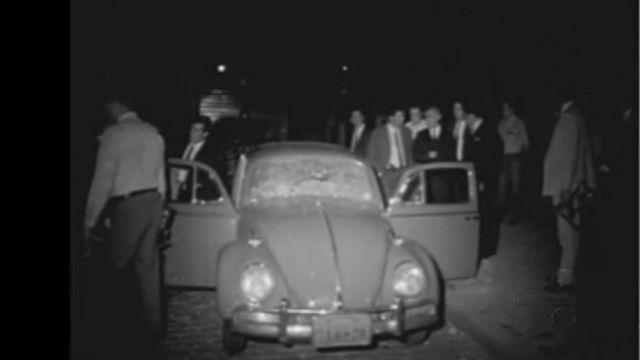 Corpo de Marighella dentro do carro, como foi exibido para a imprensa
