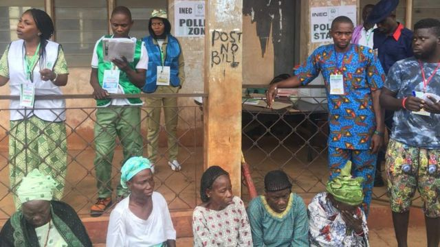 Both mama, papa, young pipo don full for wia dem go vote on Saturday for some polling unit inside Ekiti