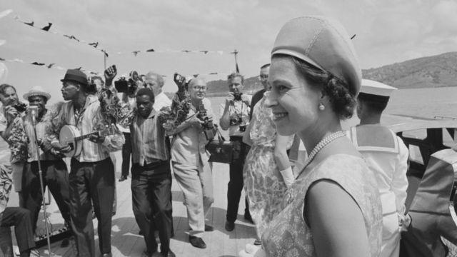 Королева Елизавета II во время путешествия по Карибскому региону в 1966 году