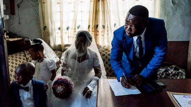 Nwaanyị Igbo aha ya bụ Chinyere na di ya aha ya bụ Jones