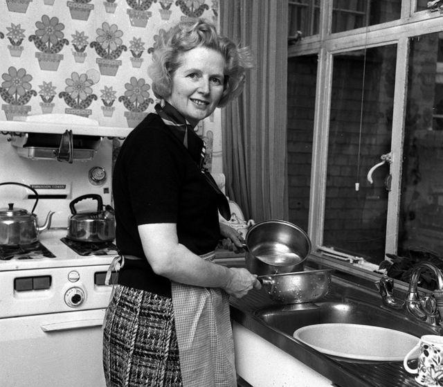 1975年2月1日,撒切尔夫人在伦敦切尔西公寓厨房。