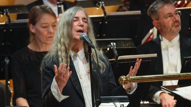 """المغنية باتي سميث أثناء أداء أغنية """"مطر غزير سينهمر"""""""