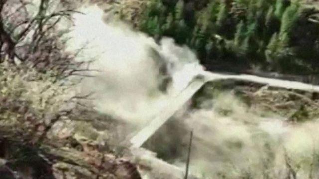 Momento en que la avalancha se lleva una represa