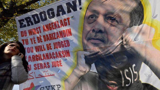 المتظاهرون في كولونيا ينددون بسياسات الرئيس التركي رجب طيب اردوغان