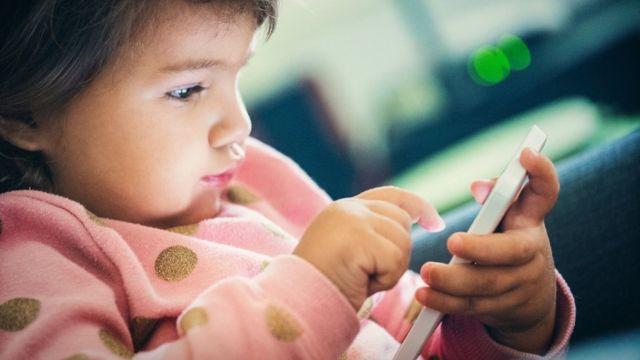 Bebê com celular