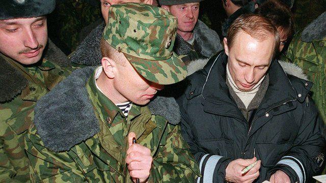 Putin com soldados na Chechênia