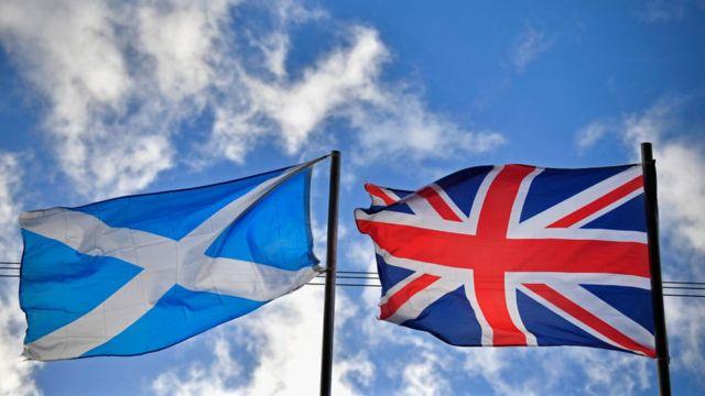 Bandera de Escocia junto a la de Reino Unido.