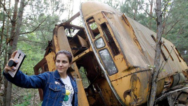 Una turista se toma una selfie en los alrededores de Chernóbil.