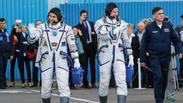 Космонавты Алексей Овчинин (слева) и Ник Хейг перед запуском ракеты