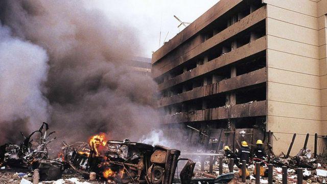 مشهد للدمار الناجم عن تفجير السفارة الأمريكية في كينيا
