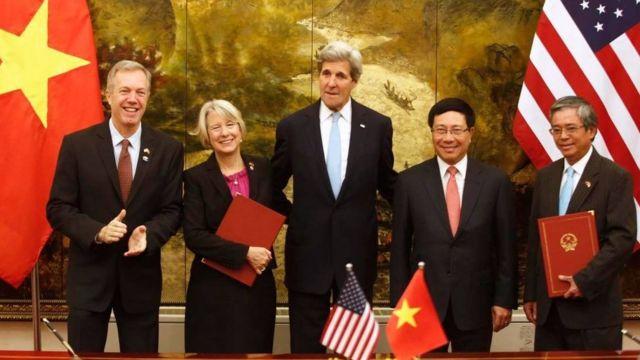 Ông Ted Osius cùng Ngoại trưởng John Kerry và Bộ trưởng Ngoại giao Phạm Bình Minh tại lễ ký kết thỏa thuận về hoạt động của Đoàn Hòa bình tại Việt Nam vào tháng 5/2016