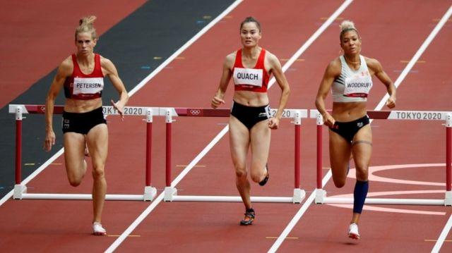 Sara Slott Petersen của Đan Mạch, Quách Thị Lan của Việt Nam và Gianna Woodruff của Panama thi đấu