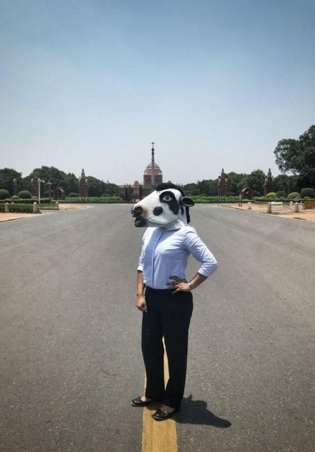گائے ماسک پہنے خاتون