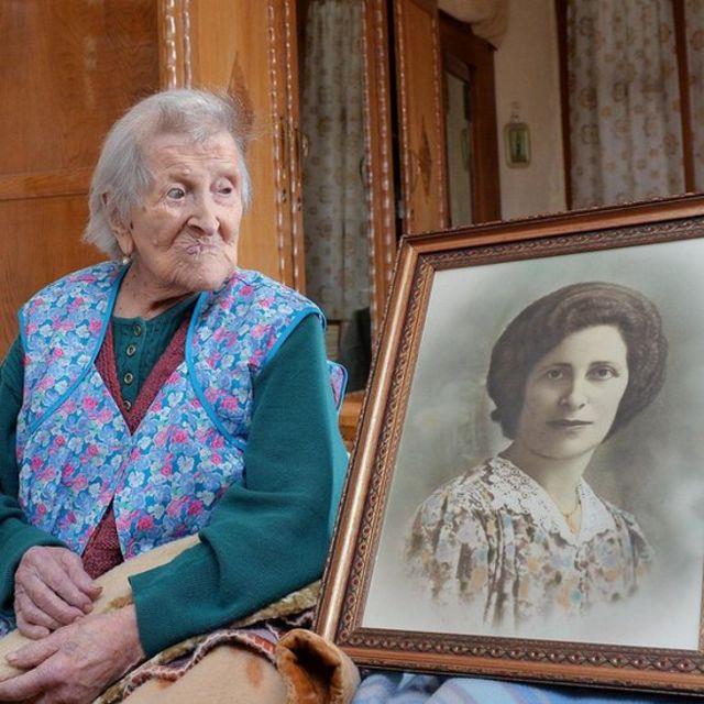 Эмма рядом со своим портретом