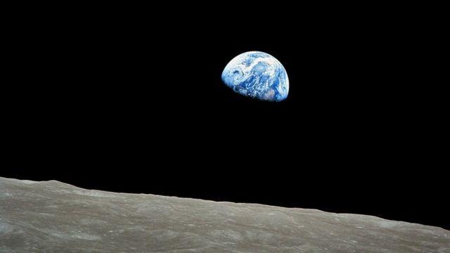 La Salida de la Tierra, tomada por el astronauta William Anders el 24 de diciembre de 1968, durante la misión de Apollo 8.