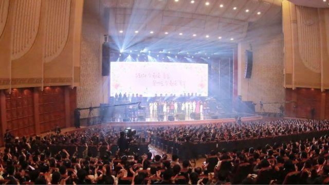 คิม จอง อึน ชมการแสดงของนักร้องจากเกาหลีใต้