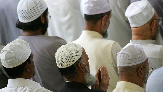 مصلون في مسجد بشرقي لندن