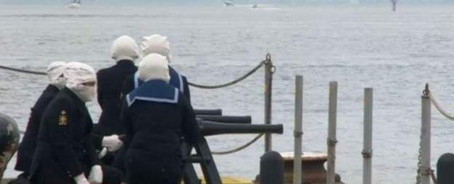 На этом фото последние почести принцу воздают моряки военно-морской базы в Портсмуте