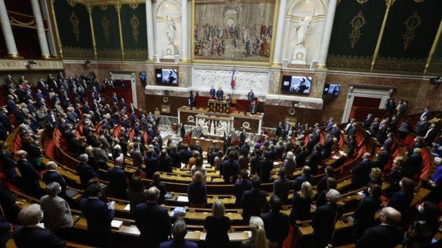 Fransız parlamentosunda Samuel Paty anısına saygı duruşunda bulunuldu
