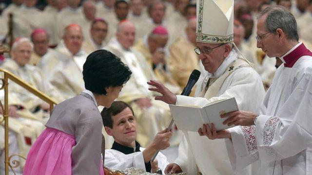 Papa Fransisiko abatiza abantu bakuru 12.