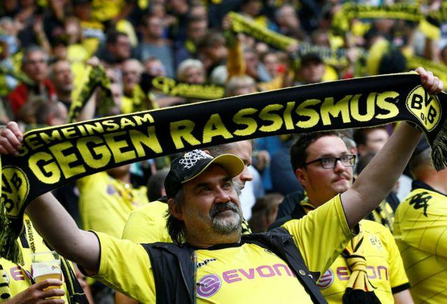 Aficionado sostiene una bufanda contra el racismo durante la Bundesliga el 17 de septiembre de 2016.