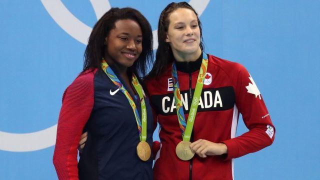La estadounidense Simone Manuel (izquierda) y la canadiense Penny Oleksiak