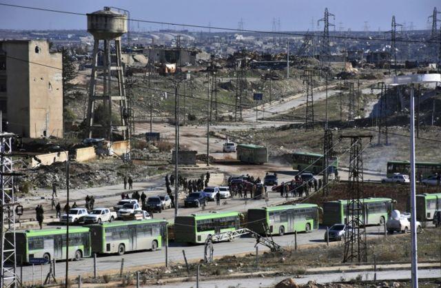 Los primeros convoyes abandonaron la ciudad el jueves, cruzando zonas bajo el control del gobierno.