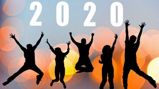 Siluetas de hombres y mujeres debajo del año 2020.
