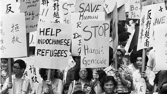 Una manifestación frente a la sede de Naciones Unidas, tras la caída de Saigón, exigiendo ayuda humanitaria para los que buscan salir de Vietnam.