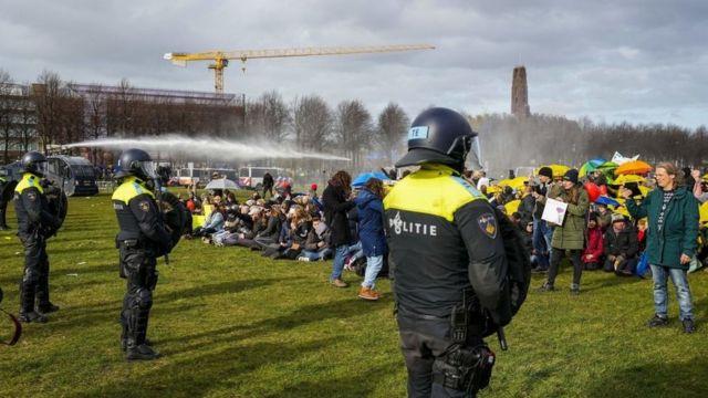 Mart ayında Hollanda'da Covid-19 önlemlerine karşı gerçekleştirilen bir protesto