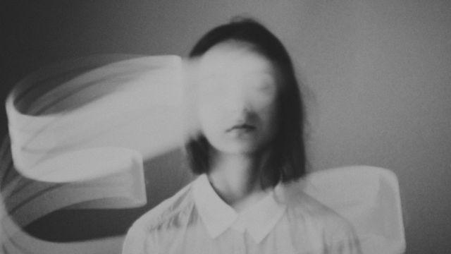 mulher em imagem abstrata
