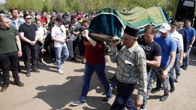 Казандагы мектепте каза тапкандарды жерге берүү