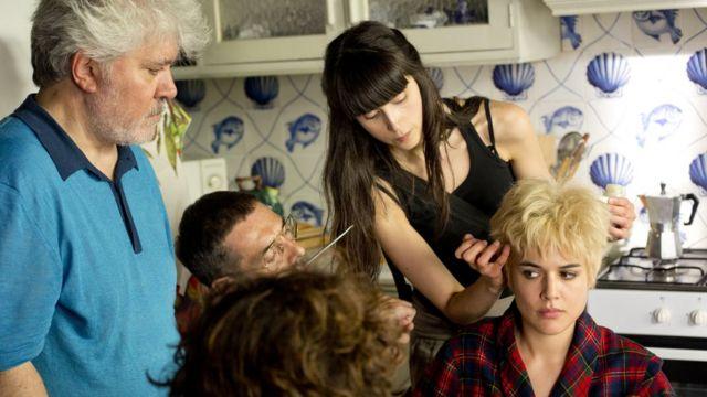 Pedro Almodóvar en el set de Julieta con Adriana Ugarte
