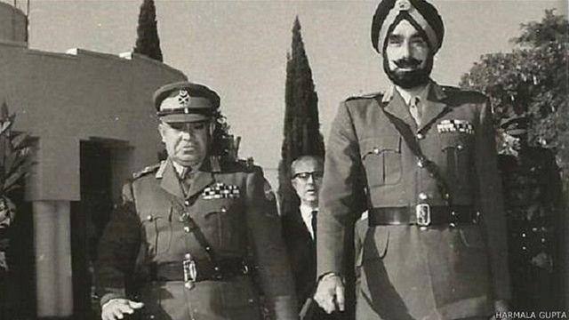 जनरल हरबख़्श सिंह अपने समकक्ष पाकिस्तानी जनरल बख़्तियार राना के साथ.