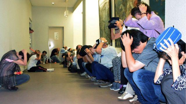弾道ミサイル発射の想定で避難訓練を行う石川県輪島市の住民(30日)