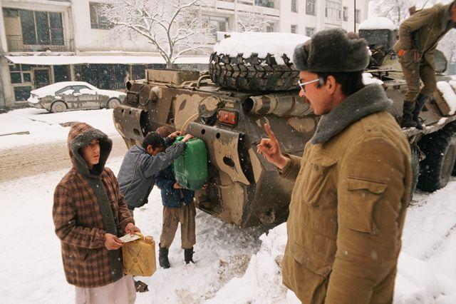 Советские солдаты раздают солярку жителям Кабула