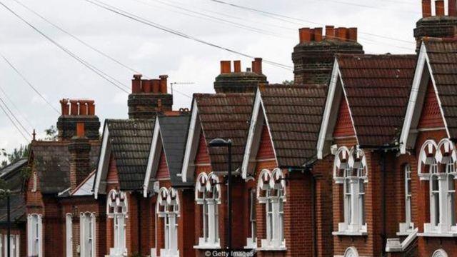 London evlərin çox baha olduğu şəhərlərdən biridir və adamlar burada ev sahib olmaq üçün ən ekstremal yollara əl atırlar