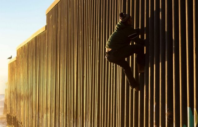 Migrante intentando cruzar a EE.UU.
