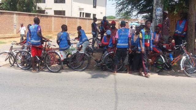 Le transport rémunéré sur vélo a d'abord existé depuis les années 80 dans l'Ouest du Burundi pour le transport de l'eau.