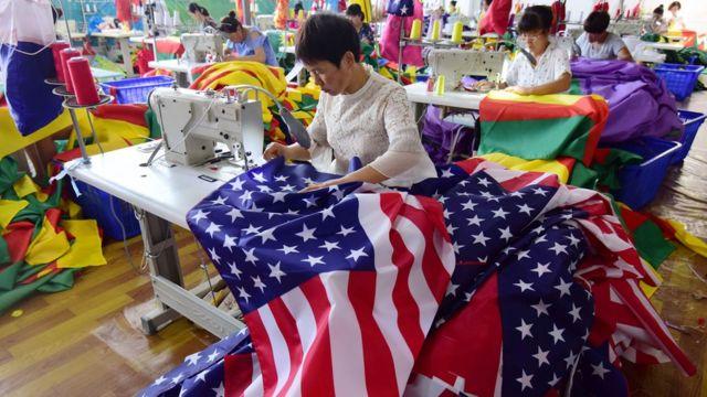 Công nhân Trung Quốc may cờ Mỹ tại một nhà máy gia công ở tỉnh An Huy, TQ