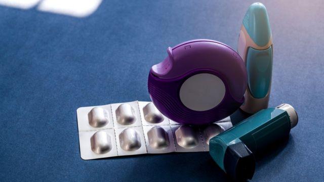 Distintos medicamentos para tratar el asma.