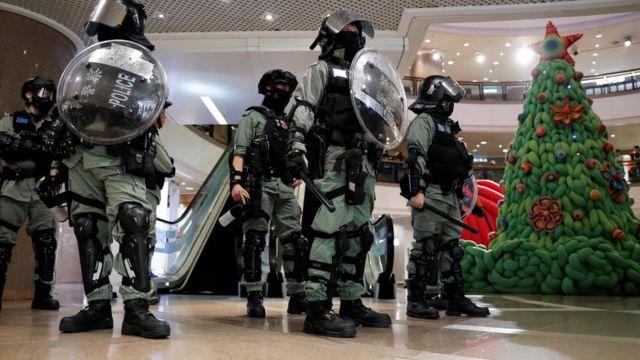 多個商場有防暴警察戒備。