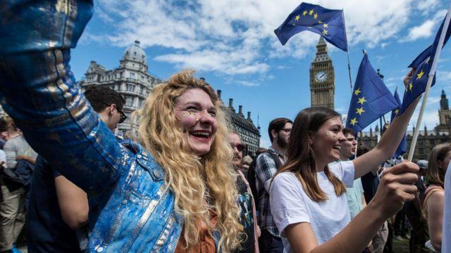 Jóvenes en la Marcha por Europa frente al Parlamento Británico