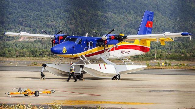Một chiếc máy bay Việt Nam trên đường băng tại một sân bay ở Phú Quốc