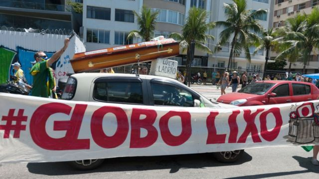 Faixa de crítica à Globo em protesto pró-Bolsonaro no Rio